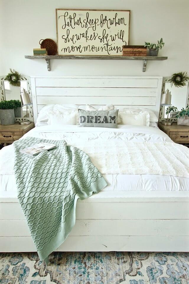 Kệ trang trí phòng ngủ mang lại cho bạn sự thoải mái và tiện nghi