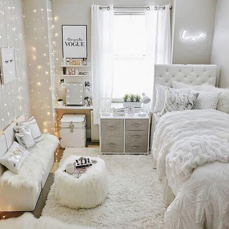 Sự kết hợp hoàn hảo giữa tông trắng, lông nhung và đèn trang trí