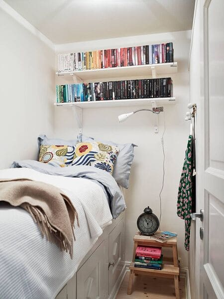 Sử dụng kệ sách treo tường trên đầu giường