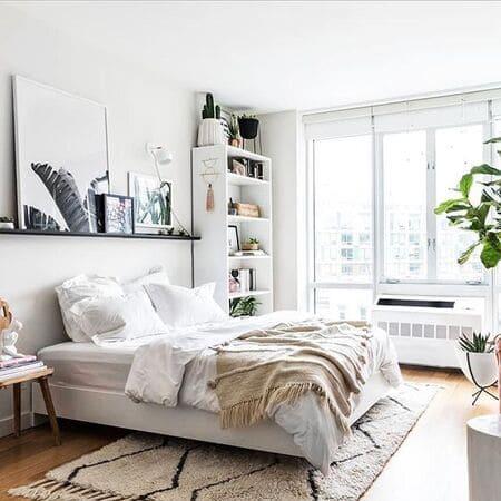 Trang trí phòng ngủ nhỏ với tranh thiên nhiên, cây cảnh tạo không khí trong lành, tươi mát